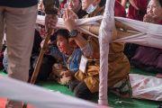 Юный тибетец почтительно приветствует Его Святейшество Далай-ламу в начале первого дня учений, предваряющих посвящение Калачакры. Бодхгая, штат Бихар, Индия. 5 января 2017 г. Фото: Тензин Чойджор (офис ЕСДЛ)