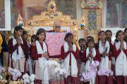 Его Святейшество Далай-лама с группой школьниц, прочитавших «Сутру сердца» на санскрите перед началом учений, предваряющих посвящение Калачакры. Бодхгая, штат Бихар, Индия. 5 января 2017 г. Фото: Тензин Чойджор (офис ЕСДЛ)
