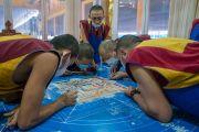 Монахи монастыря Намгьял возводят песочную мандалу Калачакры в рамках подготовительных церемоний для посвящения Калачакры. Бодхгая, штат Бихар, Индия. 5 января 2017 г. Фото: Тензин Чойджор (офис ЕСДЛ)