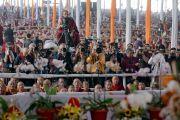 Фото- и видеорепортеры снимают момент прибытия Его Святейшества Далай-ламы в начале первого дня учений, предваряющих посвящение Калачакры. Бодхгая, штат Бихар, Индия. 5 января 2017 г. Фото: Тензин Чойджор (офис ЕСДЛ)