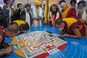Профессор Самдонг Ринпоче рассказывает религиозным лидерам о ритуале построения песочной мандалы Калачакры перед началом межконфессиональной встречи с участием Его Святейшества Далай-ламы. Бодхгая, штат Бихар, Индия. 6 января 2017 г. Фото: Тензин Чойджор (офис ЕСДЛ)