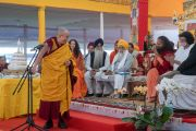 Его Святейшество Далай-лама выступает с обращением в ходе межконфессиональной встречи, прошедшей во второй день учений, предваряющих посвящение Калачакры. Бодхгая, штат Бихар, Индия. 6 января 2017 г. Фото: Тензин Чойджор (офис ЕСДЛ)