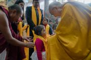 Его Святейшество Далай-лама надевает церемониальный шарф-хадак на маленькую девочку во время встречи с ее семьей. Бодхгая, штат Бихар, Индия. 7 января 2017 г. Фото: Тензин Чойджор (офис ЕСДЛ)