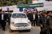 Его Святейшество Далай-лама возвращается в свою резиденцию по завершении третьего дня учений, предваряющих посвящение Калачакры. Бодхгая, штат Бихар, Индия. 7 января 2017 г. Фото: Тензин Чойджор (офис ЕСДЛ)