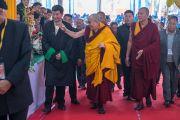 Его Святейшество Далай-лама в сопровождении сикьонга (главы Центральной тибетской администрации) Лобсанга Сенге прибывает на площадку учений в начале третьего дня учений, предваряющих посвящение Калачакры. Бодхгая, штат Бихар, Индия. 7 января 2017 г. Фото: Тензин Чойджор (офис ЕСДЛ)