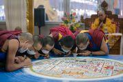 Монахи монастыря Намгьял продолжают трудиться над созданием песочной мандалы Калачакры в рамках подготовительных ритуалов к посвящению Калачакры. Бодхгая, штат Бихар, Индия. 7 января 2017 г. Фото: Тензин Чойджор (офис ЕСДЛ)