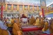 Его Святейшество Далай-лама благодарит группу вьетнамских монахов, прочитавших «Сутру сердца» в начале заключительного дня учений, предваряющих посвящение Калачакры. Бодхгая, штат Бихар, Индия. 8 января 2017 г. Фото: Тензин Чойджор (офис ЕСДЛ)