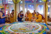 В присутствии Его Святейшества Далай-ламы Тхамтог Ринпоче размещает ритуальные предметы по периметру песочной мандалы Калачакры в рамках подготовительных церемоний к посвящению Калачакры. Бодхгая, штат Бихар, Индия. 8 января 2017 г. Фото: Тензин Чойджор (офис ЕСДЛ)