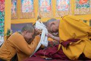Монах из Вьетнама преподносит статуэтку в дар Его Святейшеству Далай-ламе в начале заключительного дня учений, предваряющих посвящение Калачакры. Бодхгая, штат Бихар, Индия. 8 января 2017 г. Фото: Тензин Чойджор (офис ЕСДЛ)