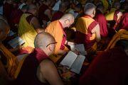 Монахи читают текст во время заключительного дня учений Его Святейшества Далай-ламы, предваряющих посвящение Калачакры. Бодхгая, штат Бихар, Индия. 8 января 2017 г. Фото: Тензин Чойджор (офис ЕСДЛ)