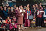 Ранним утром участники посвящения Калачакры собрались у дороги, чтобы встретить Его Святейшество Далай-ламу, направляющегося из своей резиденции к месту учений. Бодхгая, штат Бихар, Индия. 8 января 2017 г. Фото: Тензин Чойджор (офис ЕСДЛ)