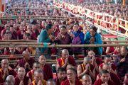Верующие подошли ближе к сцене, чтобы разглядеть Его Святейшество Далай-ламу, завершающего учения, предваряющие посвящение Калачакры. Бодхгая, штат Бихар, Индия. 8 января 2017 г. Фото: Лобсанг Церинг (офис ЕСДЛ)