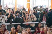Фото- и видеорепортеры в начале заключительного дня учений Его Святейшества Далай-ламы, предваряющих посвящение Калачакры. Бодхгая, штат Бихар, Индия. 8 января 2017 г. Фото: Тензин Чойджор (офис ЕСДЛ)