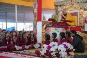 Группа школьниц, читавших «Сутру сердца» на санскрите в начале четырех дней учений Его Святейшества Далай-ламы, предваряющих посвящение Калачакры. Бодхгая, штат Бихар, Индия. 8 января 2017 г. Фото: Тензин Чойджор (офис ЕСДЛ)