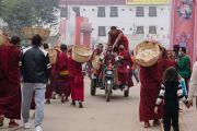 Ранним утром монахи направляются к месту учений, чтобы угостить хлебными лепешками участников посвящения Калачакры. Бодхгая, штат Бихар, Индия. 9 января 2017 г. Фото: Тензин Чойджор (офис ЕСДЛ)