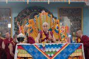 Его Святейшество Далай-лама обращается к собравшимся во время торжественного открытия монгольского храма Гандан Тегченлинг. Бодхгая, штат Бихар, Индия. 9 января 2017 г. Фото: Тензин Чойджор (офис ЕСДЛ)