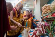 Его Святейшество Далай-лама возжигает масляную лампаду у алтаря в монгольском храме Гандан Тегченлинг. Бодхгая, штат Бихар, Индия. 9 января 2017 г. Фото: Тензин Чойджор (офис ЕСДЛ)