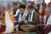 Группа буддистов из России читает «Сутру сердца» на русском языке перед началом подготовительного посвящения Калачакры. Бодхгая, штат Бихар, Индия. 10 января 2017 г. Фото: Тензин Чойджор (офис ЕСДЛ)