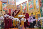 Его Святейшество Далай-лама машет верующим рукой на прощание по завершении подготовительного посвящения Калачакры. Бодхгая, штат Бихар, Индия. 10 января 2017 г. Фото: Тензин Чойджор (офис ЕСДЛ)