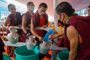 Монахи готовятся раздавать освященную воду верующим во время подготовительного посвящения Калачакры. Бодхгая, штат Бихар, Индия. 10 января 2017 г. Фото: Тензин Чойджор (офис ЕСДЛ)