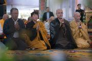 Группа буддистов из Японии читает «Сутру сердца» на японском языке в начале первого дня 34-го посвящения Калачакры. Бодхгая, штат Бихар, Индия. 11 января 2017 г. Фото: Тензин Чойджор (офис ЕСДЛ)