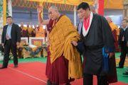 Его Святейшество Далай-лама машет верующим на прощание, покидая площадку учений в сопровождении сикьонга (главы Центральной тибетской администрации) Лобсанга Сенге по завершении первого дня 34-го посвящения Калачакры. Бодхгая, штат Бихар, Индия. 11 января 2017 г. Фото: Тензин Чойджор (офис ЕСДЛ)