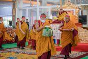 Монахи монастыря Намгьял помогают Его Святейшеству Далай-ламе выполнять необходимые ритуалы в ходе первого дня 34-го посвящения Калачакры. Бодхгая, штат Бихар, Индия. 11 января 2017 г. Фото: Тензин Чойджор (офис ЕСДЛ)