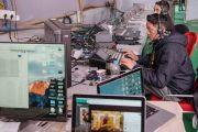 Комната, в которой работают специалисты, обеспечивающие аудио-, видео- и интернет-трансляцию на восьми языках во время заключительного дня 34-го посвящения Калачакры. Бодхгая, штат Бихар, Индия. 13 января 2017 г. Фото: Тензин Чойджор (офис ЕСДЛ)