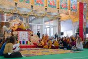 Группа монахов, монахинь и мирян читает «Сутру сердца» на испанском языке в начале заключительного, третьего дня 34-го посвящения Калачакры. Бодхгая, штат Бихар, Индия. 13 января 2017 г. Фото: Тензин Чойджор (офис ЕСДЛ)