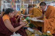 Монахи монастыря Намгьял совершают ритуальные подношения Сакья Тризину Ринпоче и Гьялвангу Кармапе во время заключительного дня 34-го посвящения Калачакры. Бодхгая, штат Бихар, Индия. 13 января 2017 г. Фото: Тензин Чойджор (офис ЕСДЛ)