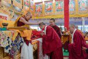 Его Святейшество Далай-лама благодарит двух переводчиков, представляющих команду 40 переводчиков, выполнявших перевод 34-го посвящения Калачакры на 19 языков мира. Бодхгая, штат Бихар, Индия. 13 января 2017 г. Фото: Тензин Чойджор (офис ЕСДЛ)