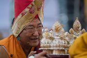 Сакья Тризин Ринпоче совершает ритуальные подношения Его Святейшеству Далай-ламе во время молебна о долгой жизни. Бодхгая, штат Бихар, Индия. 14 января 2017 г. Фото: Тензин Чойджор (офис ЕСДЛ)