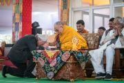 Его Святейшество Далай-лама благодарит своего давнего друга Ричарда Гира за выступление во время церемонии закрытия 34-го посвящения Калачакры. Бодхгая, штат Бихар, Индия. 14 января 2017 г. Фото: Тензин Чойджор (офис ЕСДЛ)