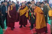 Его Святейшество Далай-лама прибывает на площадку учений, где он даровал 34-е посвящение Калачакры. Бодхгая, штат Бихар, Индия. 14 января 2017 г. Фото: Тензин Чойджор (офис ЕСДЛ)