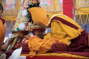Оракул божества Нечунг, государственный оракул Тибета Тубтен Нгодуп пребывает в состоянии транса в ходе молебна о долгой жизни Его Святейшества Далай-ламы. Бодхгая, штат Бихар, Индия. 14 января 2017 г. Фото: Тензин Чойджор (офис ЕСДЛ)