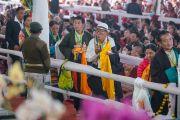 Тибетцы, прибывшие из различных тибетских сообществ, подходят ближе к сцене, чтобы совершить подношения во время молебна о долгой жизни Его Святейшества Далай-ламы. Бодхгая, штат Бихар, Индия. 14 января 2017 г. Фото: Тензин Чойджор (офис ЕСДЛ)