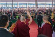 Его Святейшество Далай-лама машет верующим рукой по завершении молебна о долгой жизни и церемонии закрытия 34-го посвящения Калачакры. Бодхгая, штат Бихар, Индия. 14 января 2017 г. Фото: Тензин Чойджор (офис ЕСДЛ)