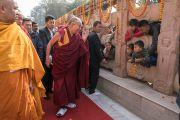Его Святейшество Далай-лама приветствует юных паломников, совершая обхождение вокруг храма Махабодхи. Бодхгая, штат Бихар, Индия. 15 января 2017 г. Фото: Тензин Чойджор (офис ЕСДЛ)