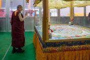 Его Святейшество Далай-лама рассматривает песочную мандалу Калачакры во время краткого визита в храм Калачакры. Бодхгая, штат Бихар, Индия. 15 января 2017 г. Фото: Тензин Чойджор (офис ЕСДЛ)