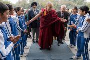 Учащиеся Международной школы Матери приветствуют Его Святейшество Далай-ламу. Нью-Дели, Индия. 21 января 2017 г. Фото: Тензин Чойджор (офис ЕСДЛ)