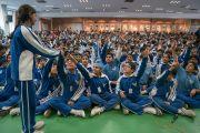 Ученики поднимают руки, чтобы получить возможность задать вопрос Его Святейшеству Далай-ламе во время его лекции в Международной школе Матери. Нью-Дели, Индия. 21 января 2017 г. Фото: Тензин Чойджор (офис ЕСДЛ)