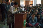 Один из студентов задает вопрос во время обсуждения на тему «Нейронаука и ум», в котором приняли участие Его Святейшество Далай-лама и Ричард Дэвидсон. Дели, Индия. 22 января 2017 г. Фото: Тензин Чойджор (офис ЕСДЛ)