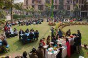 Студенты и гости обедают в саду Тибетского студенческого общежития по завершении обсуждения «Нейронаука и ум», в котором приняли участие Его Святейшество Далай-лама и Ричард Дэвидсон. Дели, Индия. 22 января 2017 г. Фото: Тензин Чойджор (офис ЕСДЛ)