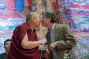 Его Святейшество Далай-лама и Ричард Дэвидсон шутливо приветствуют друг друга в начале обсуждения на тему «Нейронаука и ум» в Тибетском студенческом общежитии. Дели, Индия. 22 января 2017 г. Фото: Тензин Чойджор (офис ЕСДЛ)