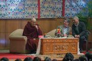 Его Святейшество Далай-лама совместно с Ричардом Дэвидсоном открывает обсуждение на тему «Нейронаука и ум» в Тибетском студенческом общежитии. Дели, Индия. 22 января 2017 г. Фото: Тензин Чойджор (офис ЕСДЛ)