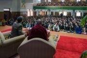 Ричард Дэвидсон обращается к тибетским студентам во время обсуждения на тему «Нейронаука и ум». Дели, Индия. 22 января 2017 г. Фото: Тензин Чойджор (офис ЕСДЛ)