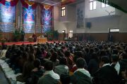 Вид на зал Тибетского студенческого общежития во время беседы Его Святейшества Далай-ламы и Ричарда Дэвидсона о нейронауке и уме. Дели, Индия. 22 января 2017 г. Фото: Тензин Чойджор (офис ЕСДЛ)