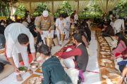 Слушателей угощают традиционным вегетарианским обедом во время первого дня учений Его Святейшества Далай-ламы. Нью-Дели, Индия. 3 февраля 2017 г. Фото: Тензин Чойджор (офис ЕСДЛ)