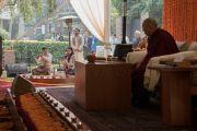 Верующие читают Сутру сердца перед началом учений Его Святейшества Далай-ламы, организованных фондом «Видьялока». Нью-Дели, Индия. 3 февраля 2017 г. Фото: Тензин Чойджор (офис ЕСДЛ)