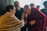 Представители фонда «Видьялока» приветствуют Его Святейшество Далай-ламу согласно индийским традициям в начале первого дня учений по сочинению Нагарджуны «Письмо к другу» и молитве Далай-ламы «Восхваление 17 пандит славной Наланды». Нью-Дели, Индия. 3 февраля 2017 г. Фото: Тензин Чойджор (офис ЕСДЛ)